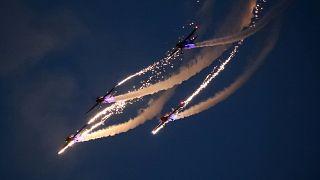 Фигуры высшего пилотажа в небе над Чжэнчжоу