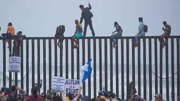Центральноамериканские мигранты идут на приступ границы США