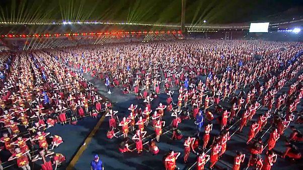 شاهد: الآلاف يشاركون بعرض رقصة البامبو الصينية
