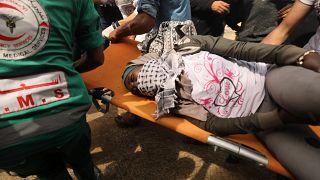 صورة أرشيفية لمتظاهر فلسطيني أصيب برصاص الجيش الإسرائيلي