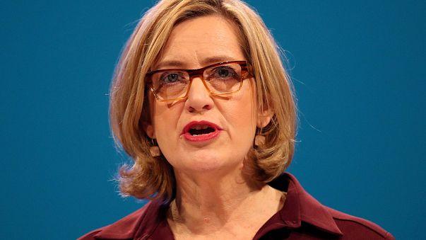 Dimite la ministra británica del Interior por las cuotas de inmigrantes