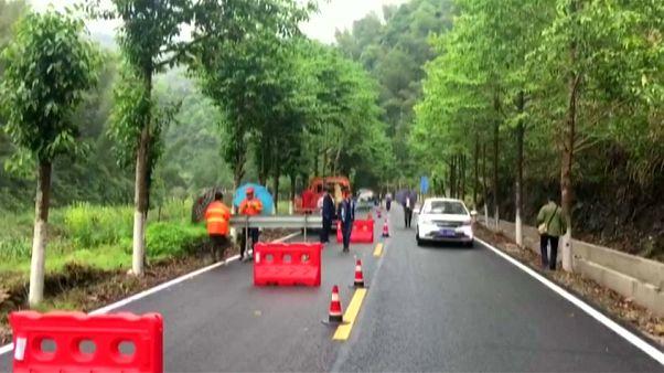 انهيار للتربة يقطع طريقا جبلية شرقي الصين
