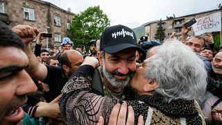 Nikol Pashinjan wird von einer Bürgerin begrüßt.
