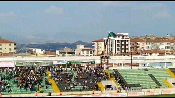 شاهد: مشجع كرة قدم تركي يستأجر رافعة لمشاهدة مباراة لفريقة المفضل