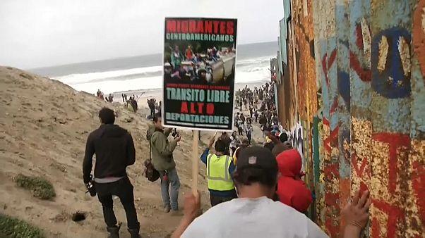Messico: centinaia di migranti provano a varcare il confine