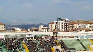 Nach Stadionverbot: Türkischer Fußballfan verfolgt Spiel vom Kran aus