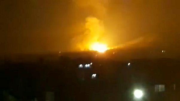 شاهد: قصف مواقع تابعة للنظام السوري وميليشيات إيرانية في حلب وحماة