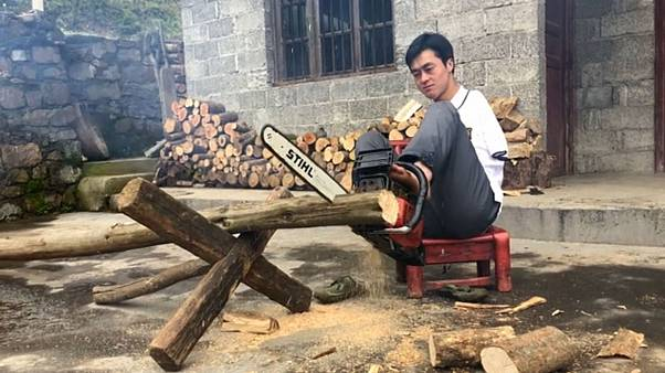 Chen Zifang uses a chainsaw