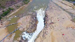 Водопад оккупировали туристы