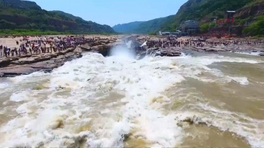 """شاهد: """"هوكو"""" أكبر شلالات العالم المصفرة في الصين يستقطب السياح"""