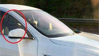 Video: Tesla-Fahrer stellt auf Autopilot und setzt sich auf den Beifahrersitz