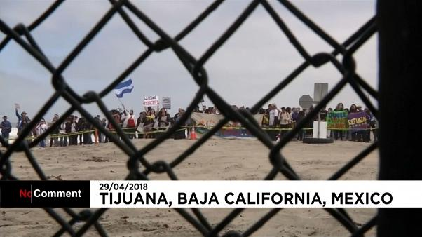 Centenas de migrantes à espera de entrar nos Estados Unidos