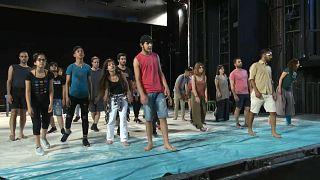 فريق من المهاجرين يقدم مسرحية تسرد معاناتهم على مسرح اليونان القومي