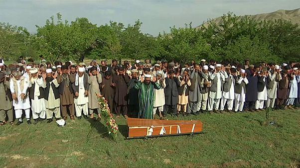 Último adiós a las víctimas del doble atentado suicida del miércoles en Kabul