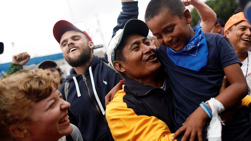 Migrantes celebran las primeras peticiones de asilo