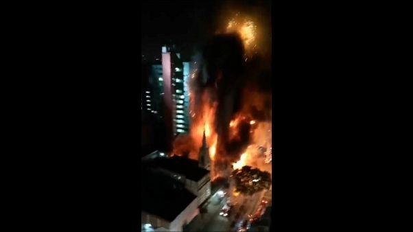 شاهد: مقتل شخص في حريق مروع في ساو باولو البرازيلية