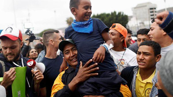 Migrantes entram nos EUA e pedem asilo