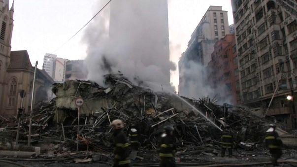 Incendie puis effondrement spectaculaire d'une tour à Sao Paulo