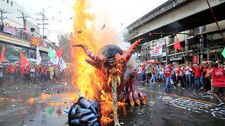 Πρωτομαγιά στις Φιλιππίνες: Έκαψαν τον «δαίμονα» Ντουτέρτε