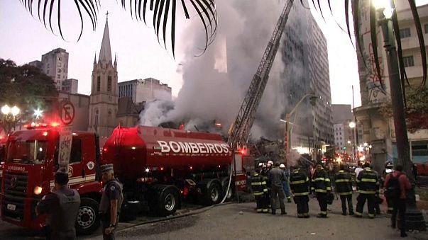 Alevler içinde kalan 26 katlı bina çöktü