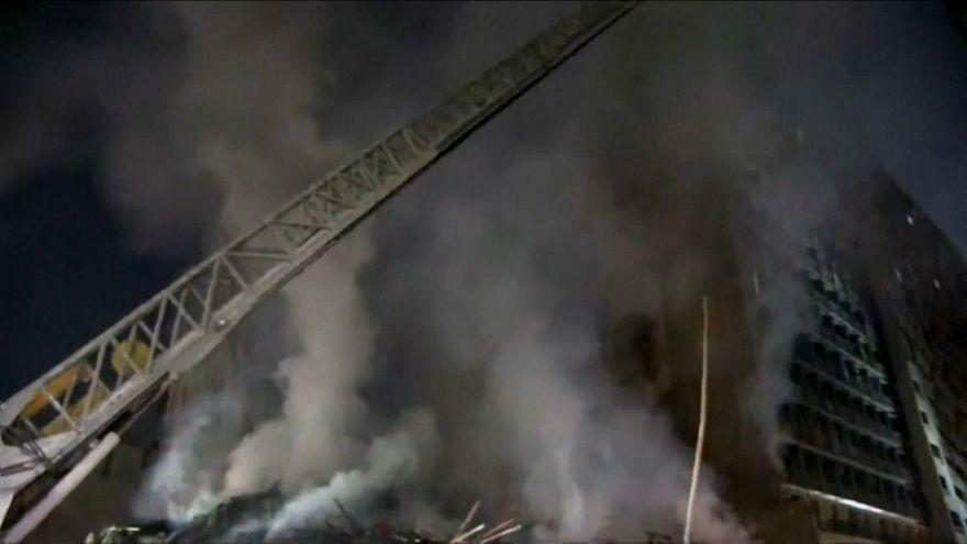 Rauchschwaden nach dem Brand eines 26-stöckigen Gebäudes.