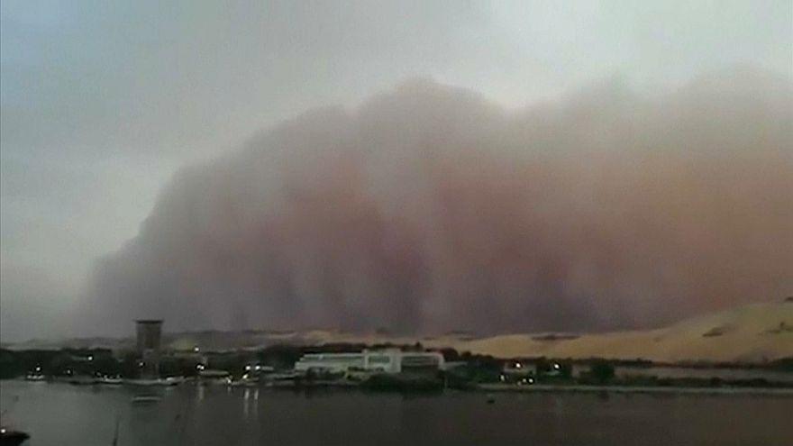شاهد: عاصفة ترابية تجتاح عدة محافظات مصرية