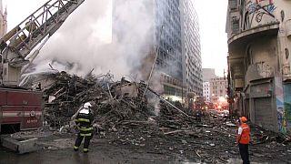 Impresionante incendio y derrumbe de un edificio en São Paulo
