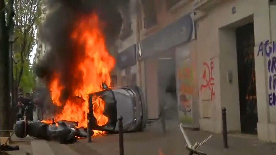 شاهد: أعمال شغب واشتباكات مع الشرطة خلال مسيرة لعيد العمال بباريس
