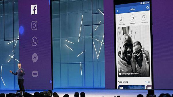 مارک زاکربرگ در حال نمایش بخش دوستیابی فیسبوک