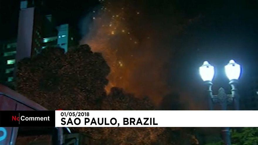 Brésil : un immeuble en feu s'effondre à Sao Paulo
