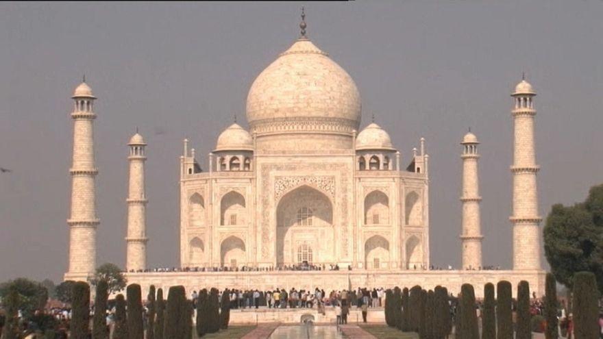 SOS per il Taj Mahal: ingiallisce per inquinamento e insetti