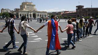 Tausende protestieren erneut in Armenien - Nächster Wahlversuch am 8. Mai