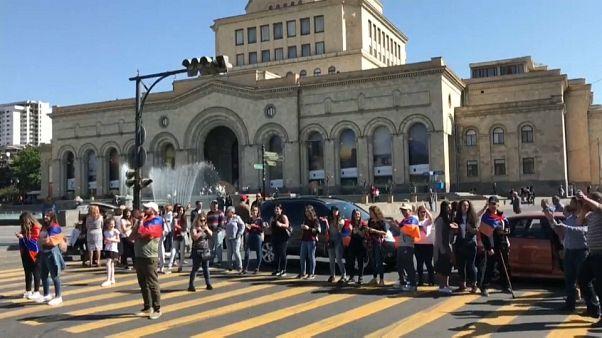 Ermenistan'da Paşinyan taraftarları ulaşımı bloke etti