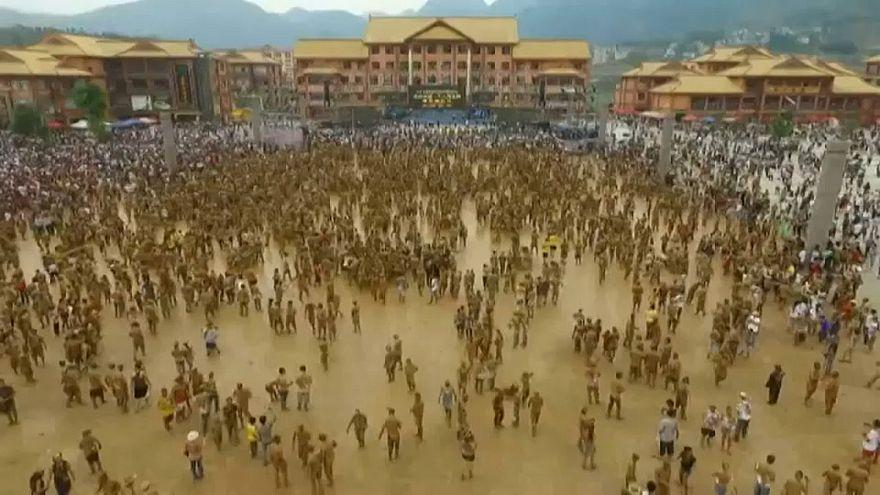 Dezenas de milhares de pessoas à procura de lama abençoada na China
