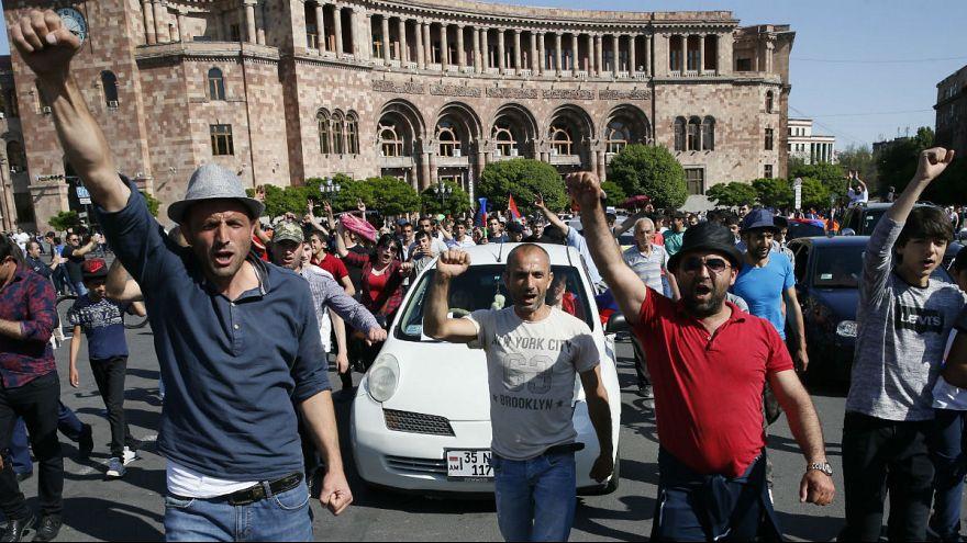 Tüntetők az örmény parlament előtt