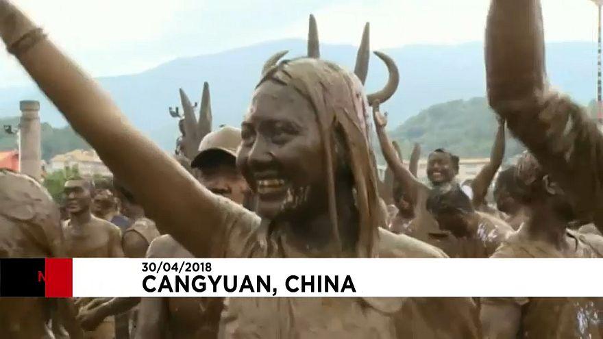 Chine : couverts de boue pour le carnaval