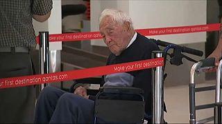 David Goodall wartet am Flughafen