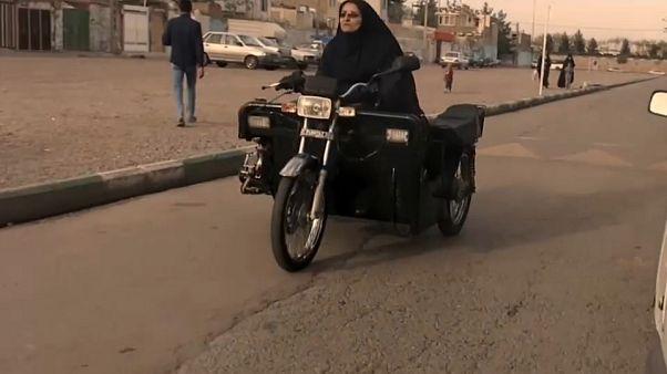 """شاهد: سيدة من ذوي الاحتياجات تخترع دراجة نارية """"خاصة"""" للتنقل في إيران"""