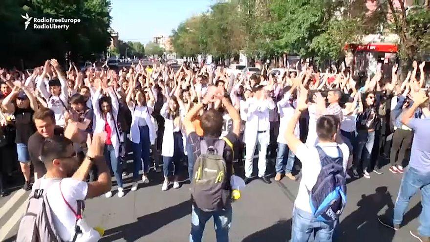 Ереван: студенты перекрыли движение