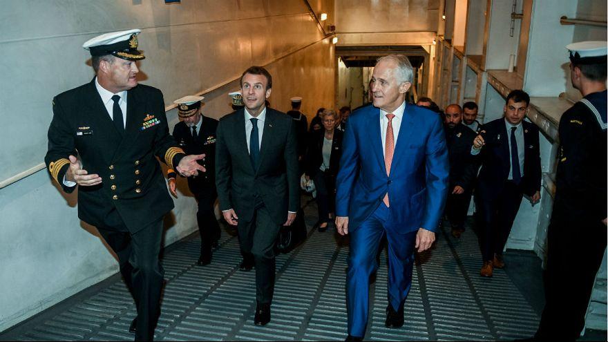 Emmanuel Macron az ausztrál HMAS Canberra fedélzetén május 2-án