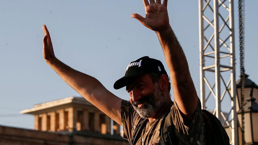 Oposição na Arménia pede uma pausa aos manifestantes