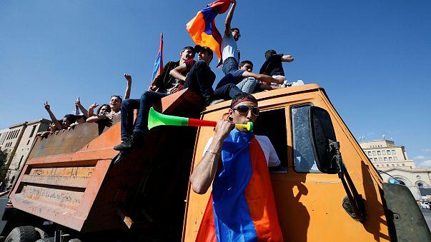 Manifestantes da oposição arménios bloqueiam estradas do país