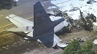 Nueve muertos al estrellarse un avión militar en una autopista