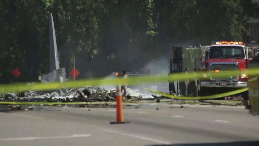 USA: Flugzeugabsturz über Highway