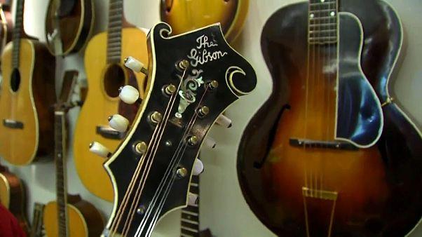 Le chitarre delle leggende del rock sull'orlo del crack