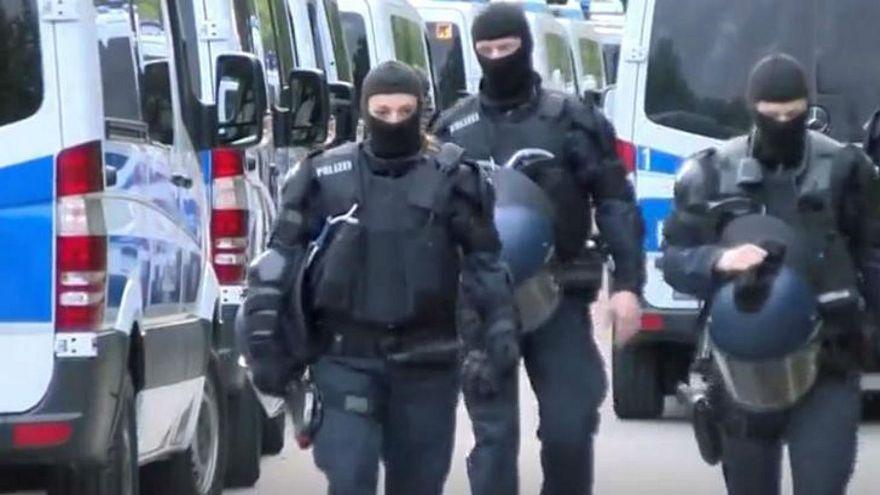 إصابات واعتقالات في مداهمة الشرطة ملجأ للاجئين بألمانيا