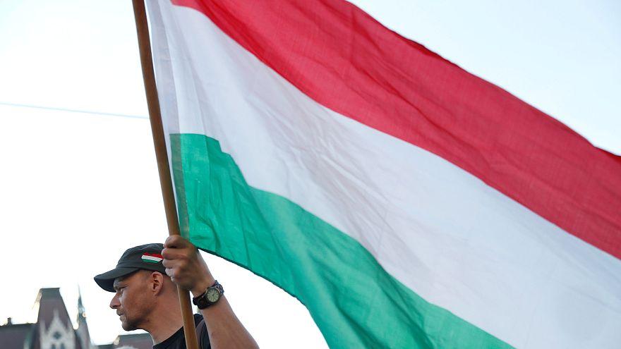 Un hombre sujeta una bandera húngara en una protesta contra Orbán