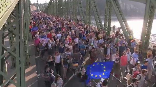 Húngaros manifestam-se nas ruas de Budapeste