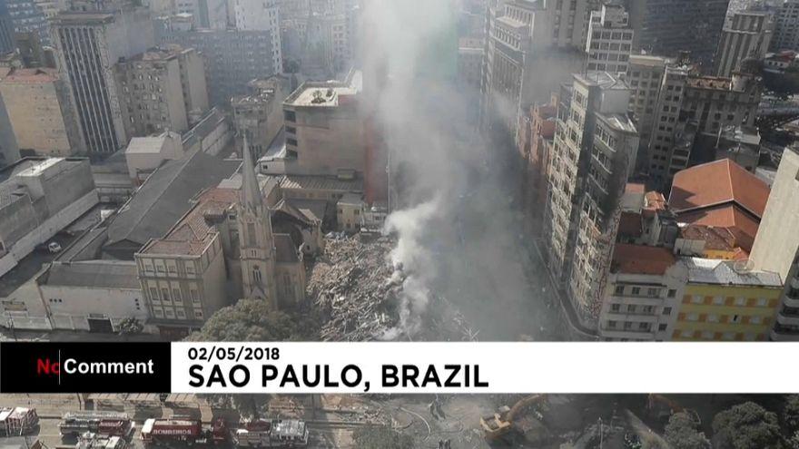 Aparatoso incendio en un edificio de 26 plantas en Brasil