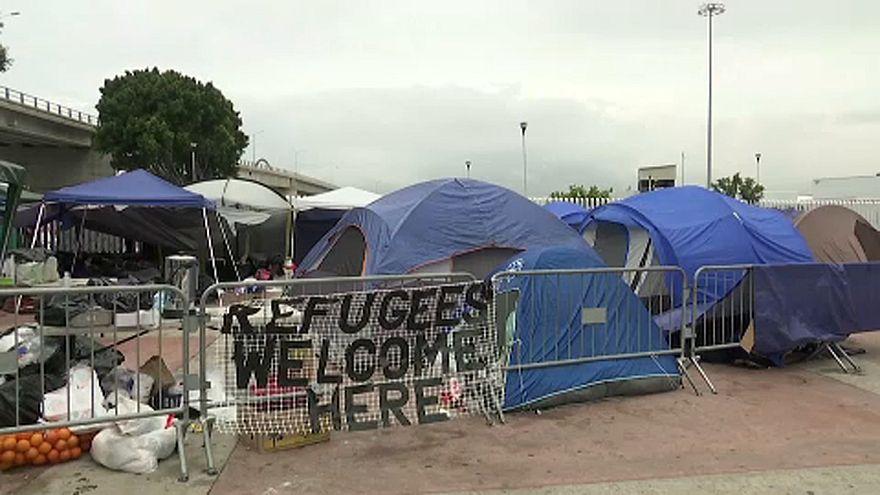 Migrantes centroamericanos acampan ante la frontera de Estados Unidos